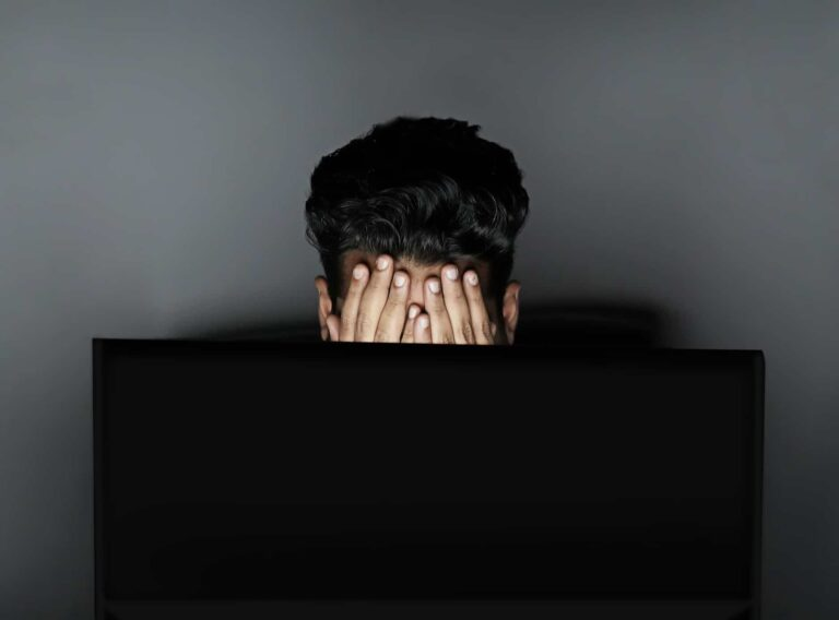 A player stressing in front of his computer after a bad beat.
